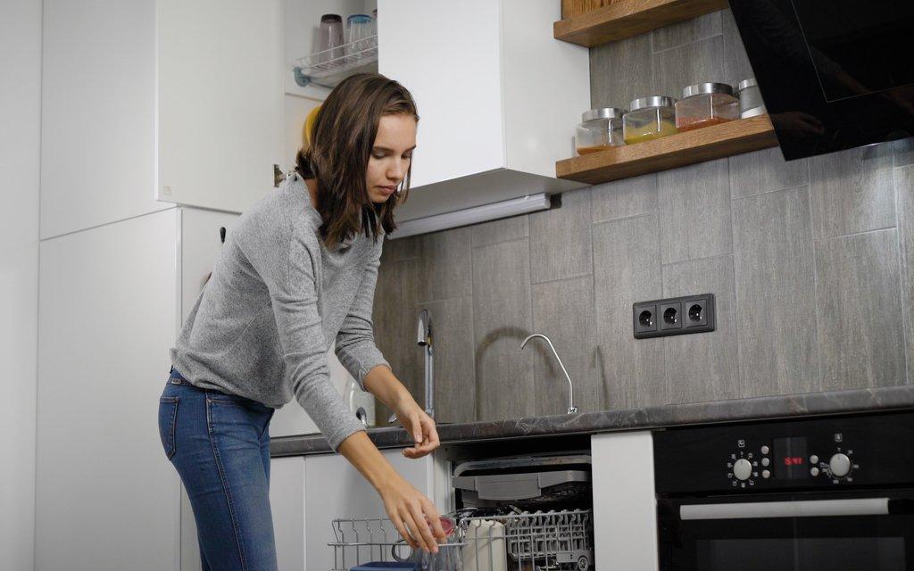 Kuchendienst Kollegen Zum Einraumen Der Spulmaschine Motivieren